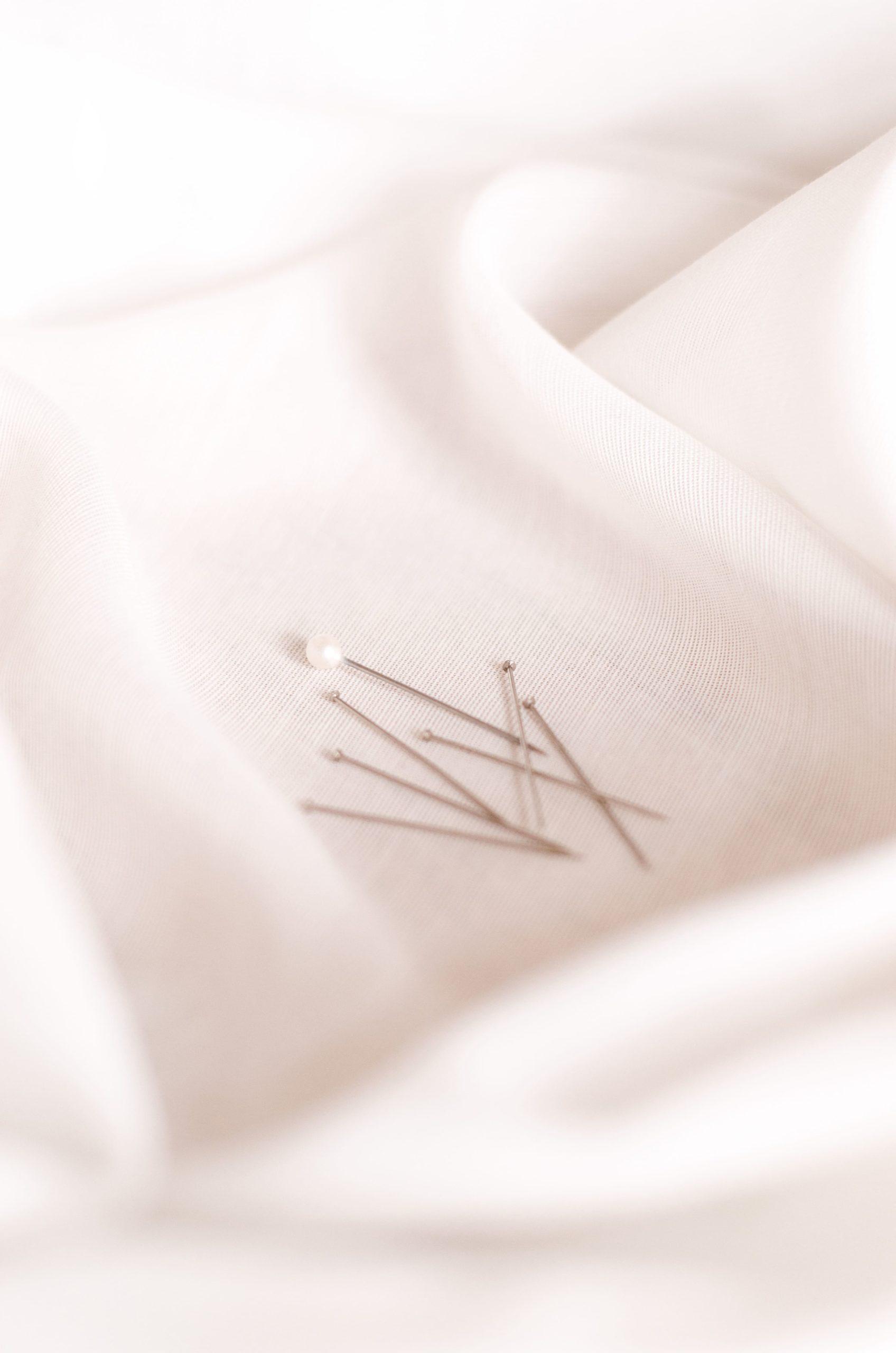 Épingles, pinces, bâti : Quand et comment bien les utiliser ?